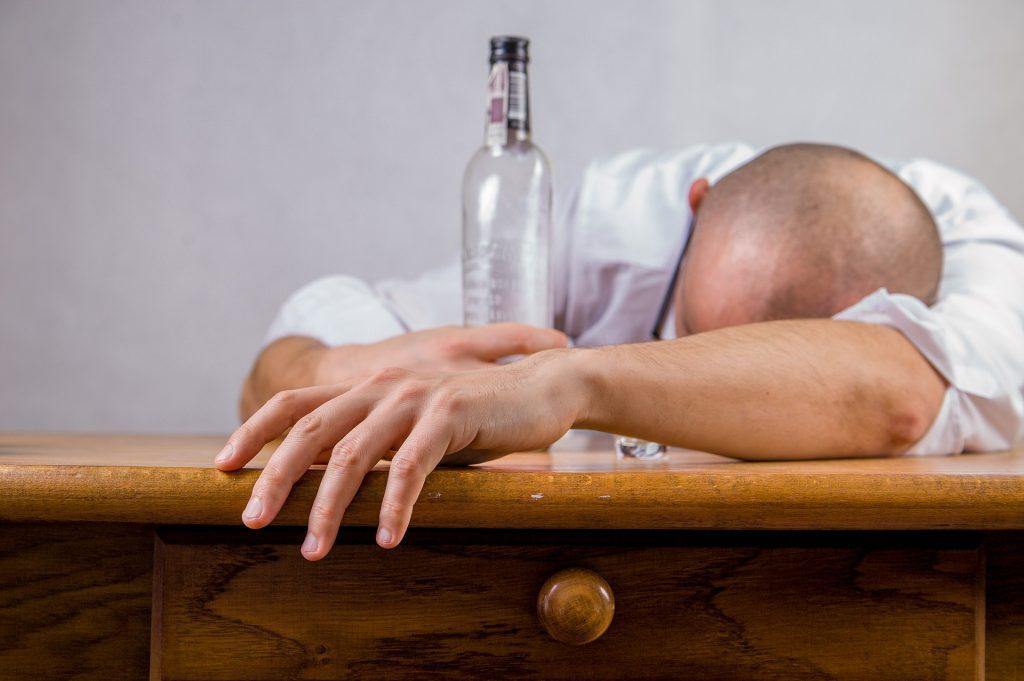 nadmerné pitie alkoholu